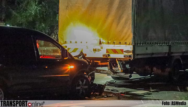 Bestelbus botst achterop vrachtwagen [+foto's]