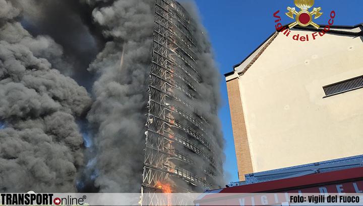 Grote brand in 15 verdiepingen hoog gebouw in Milaan [+foto's&video's]