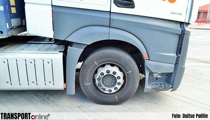 Politie haalt vrachtwagen met gevaarlijke stoffen met gebroken remschijven van de weg [+foto's]