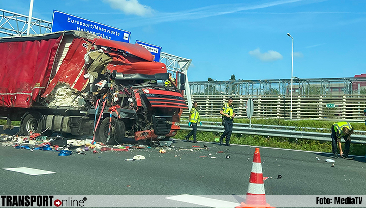 Aanrijding met twee vrachtwagens op A15 [+foto's]
