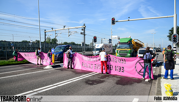 Klimaatactivisten Extinction Rebellion blokkeren vrachtwagens toegang Shell-Pernis [+foto's]