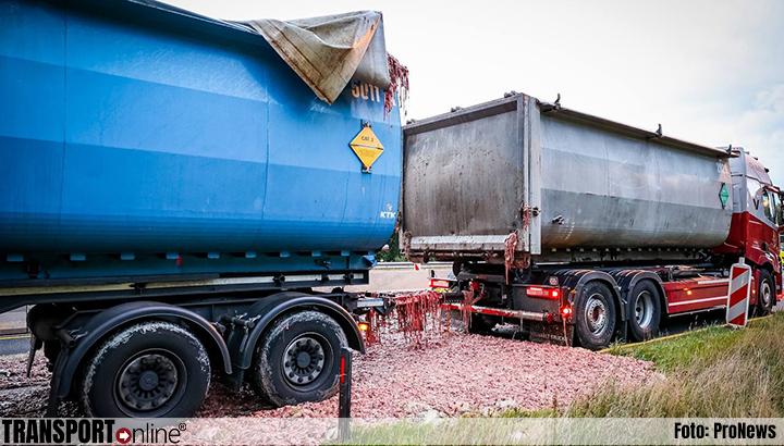 Vrachtwagen verliest grote hoeveelheid slachtafval op A7 [+foto]