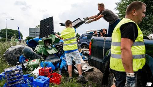 Vrijwilligers vullen bijna 150 containers met afval uit de Maas