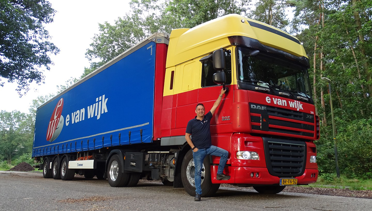 E. van Wijk gaat vijftig keer de wereld rond in een DAF XF105