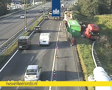 Vrachtwagen met gekanteld containerchassis op A2 wordt donderdagavond geborgen [+foto's & video]