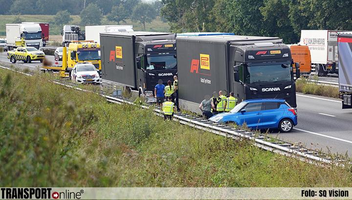 Vrachtwagen met Formule 1 banden botst tegen auto op A2 bij Weert [+foto]