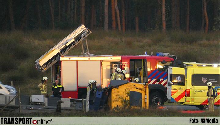 Vrachtwagen raakt van de weg en belandt in greppel in Pesse [+foto's]