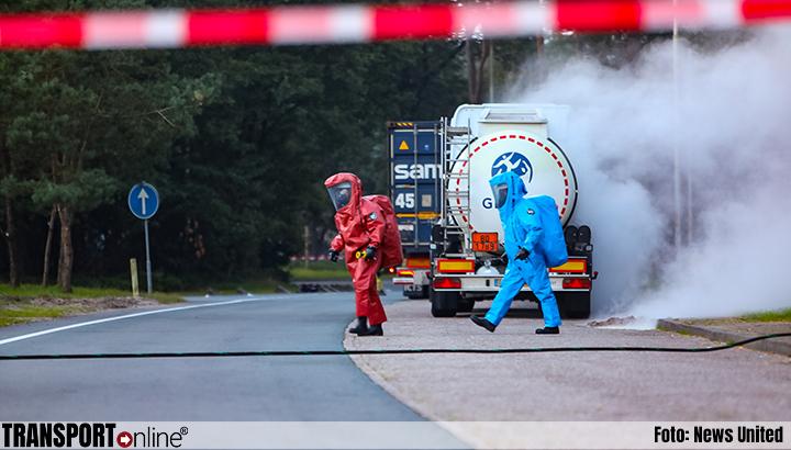 Tanktrailer lekt zoutzuur langs A1 [+foto]