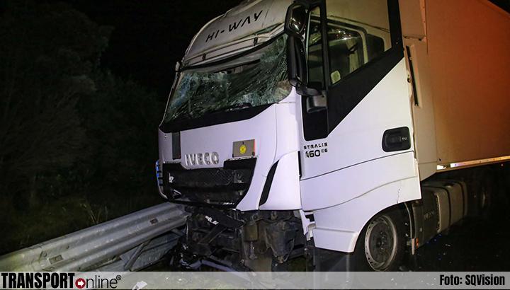 Vrachtwagen botst op botsabsorber op A67 [+foto's]