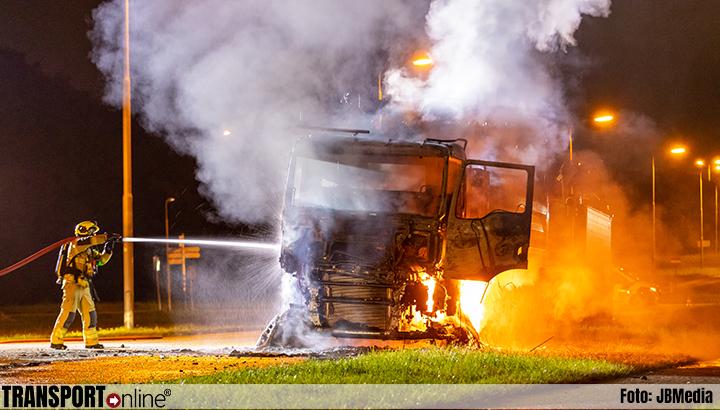 Vrachtwagen in brand in Ridderkerk [+foto's]