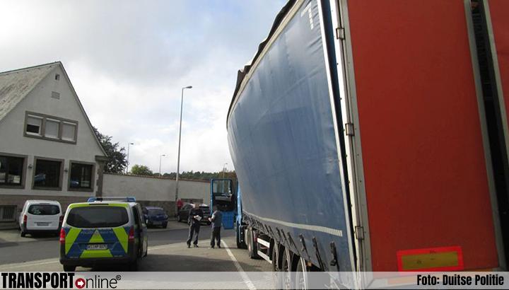 Politie stopt Spaanse vrachtwagen vanwege volledig kromgetrokken constructie na niet goed sluiten dak [+foto's]