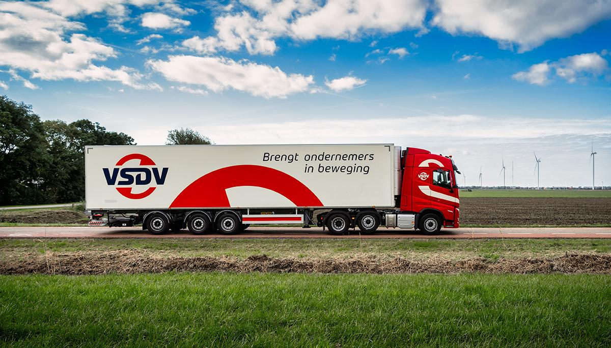 Transportbedrijf Van Straalen de Vries viert groei met nieuwe huisstijl