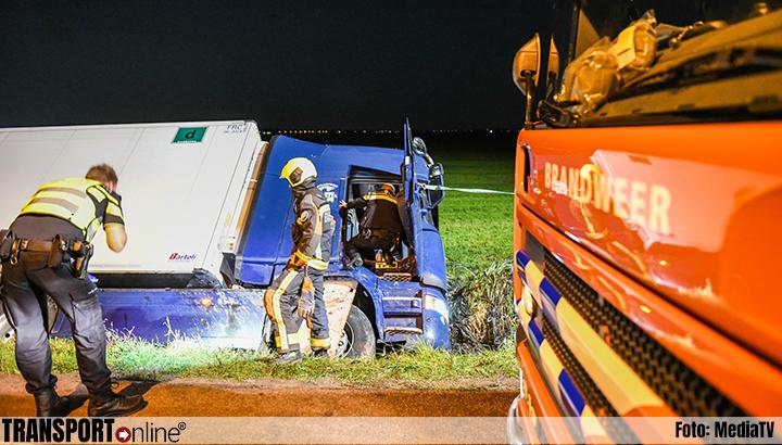 Vrachtwagen in de sloot in Ter Aar [+foto]