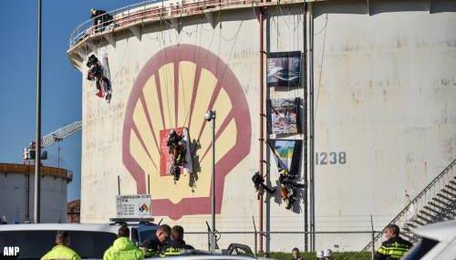 Politie grijpt in bij actie Greenpeace in Rotterdamse haven