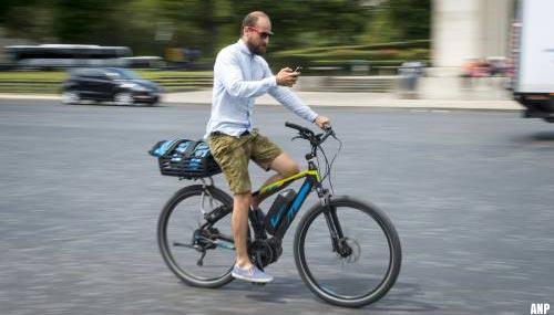 Politie beboet weer meer fietsers met smartphone in de zomer