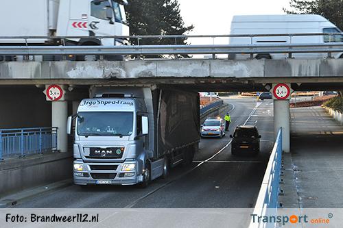 Zoveelste vrachtwagen vast onder viaduct in Waalwijk [+foto]