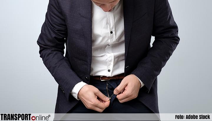 Canadese parlementariër William Amos doet stap terug na plassen in een koffiebeker tijdens virtuele parlementszitting