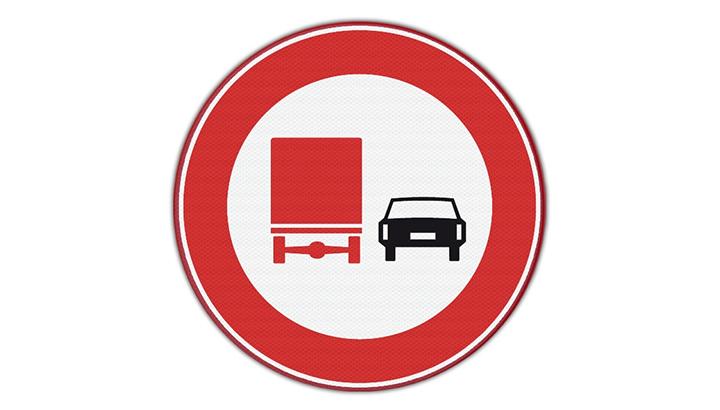 Negentien vrachtwagenchauffeurs bekeurd op A7 vanwege inhaalverbod
