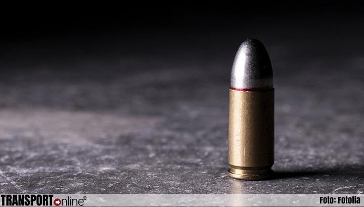 Agent in been geraakt door kogel uit weggegooid vuurwapen