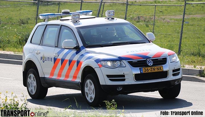 Bijrijder gooit buitenboordmotoren uit rijdende bestelbus voor politieauto