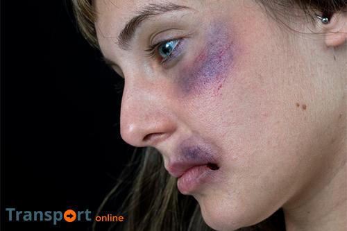 Zwartrijder (16) slaat NS-medewerkster in gezicht