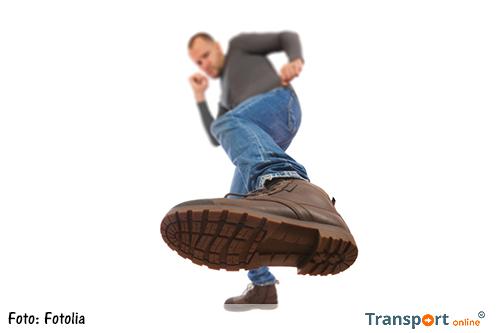 Onbekende man trapt peuter in zijn rug